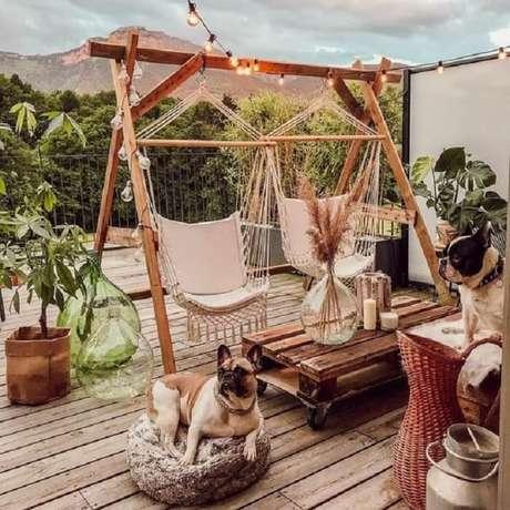 70. Varanda de madeira com balanços e doguinhos. Fonte: Pinterest