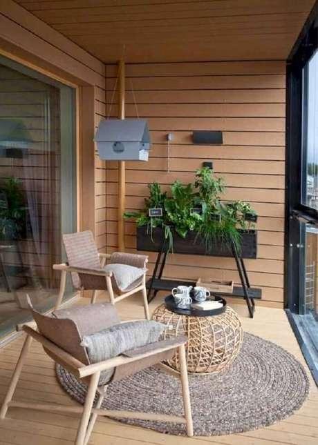 72. Varanda de madeira com cortina de vidro e jardineira. Fonte: Pinterest