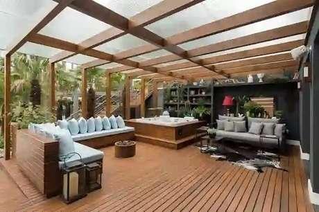 49. Varanda de madeira com hidromassagem e sofá gigante. Fonte: Homify