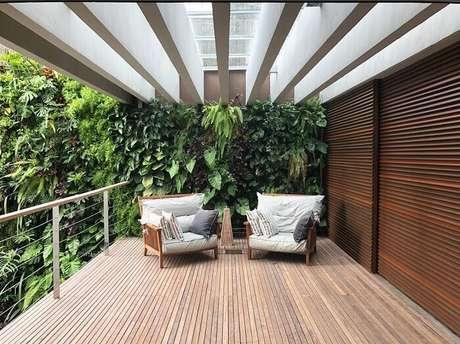 20. Varanda de madeira com jardim vertical e poltronas. Fonte: Alex Hanazaki