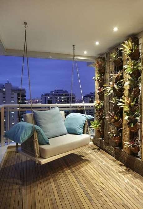 75. Varanda de madeira com jardim vertical formado por bromélias. Fonte: Homify