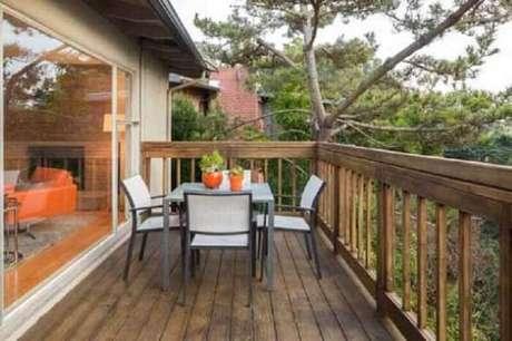 50. Varanda de madeira com mesa de 4 lugares. Fonte: Terra
