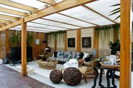 52. Varanda de madeira com pergolado e móveis rústicos. Fonte: Tudo Ela
