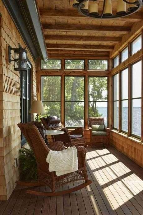 53. Varanda de madeira e cortina de vidro dão a sensação de amplitude no ambiente. Fonte: Pinterest