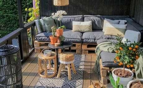 76. Varanda de madeira estruturada com sofá de pallet. Fonte: Sweetdari