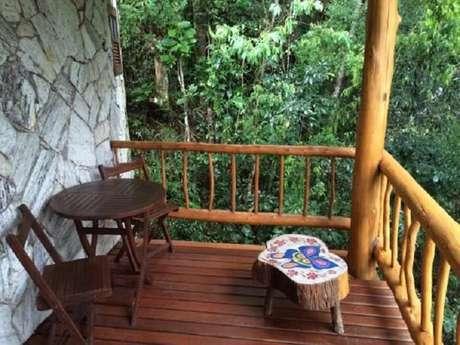 56. Varanda de madeira lateral de chalé se integra a floresta. Fonte: Trip Advisor