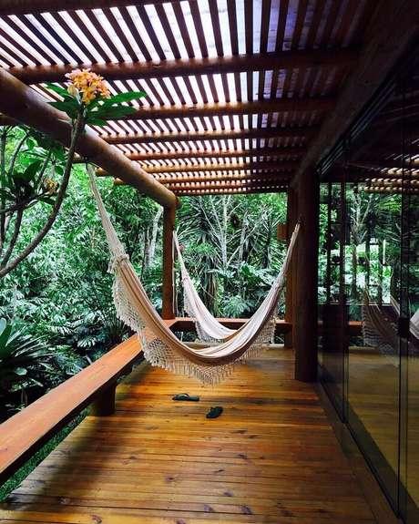 1. Varanda de madeira que se integra a natureza local. Fonte: Renata Bartolomeu