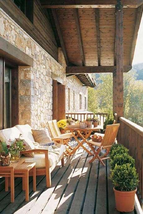 58. Varanda de madeira suspensa e parede de pedra. Fonte: Pinterest