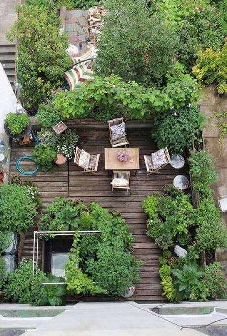 29. Vasos dispersos pela varanda de madeira. Fonte: Pinterest