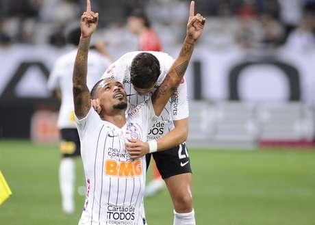Júnior Urso abriu o placar para o Corinthians.