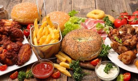 Saiba quais os alimentos que devem ser evitados para combater o colesterol |