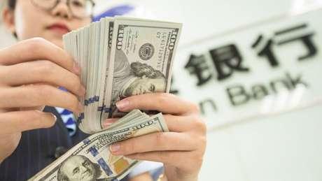 Com a desvalorização do yuan, os investidores transferem seu capital para locais onde há 'moedas fortes', como o dólar