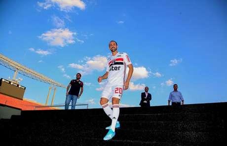 Juanfran foi apresentado nesta sexta-feira, no Morumbi, mas não joga contra o Santos - FOTO: Rubens Chiri/SPFC