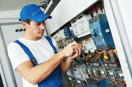 5. A melhor coisa a se fazer é contratar um eletricista para realizar o trabalho de instalação elétrica. Foto: Encontra Brasil