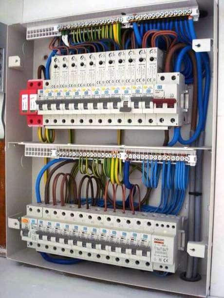 17. A instalação elétrica precisa ser feita com muito cuidado. Foto: Pinterest