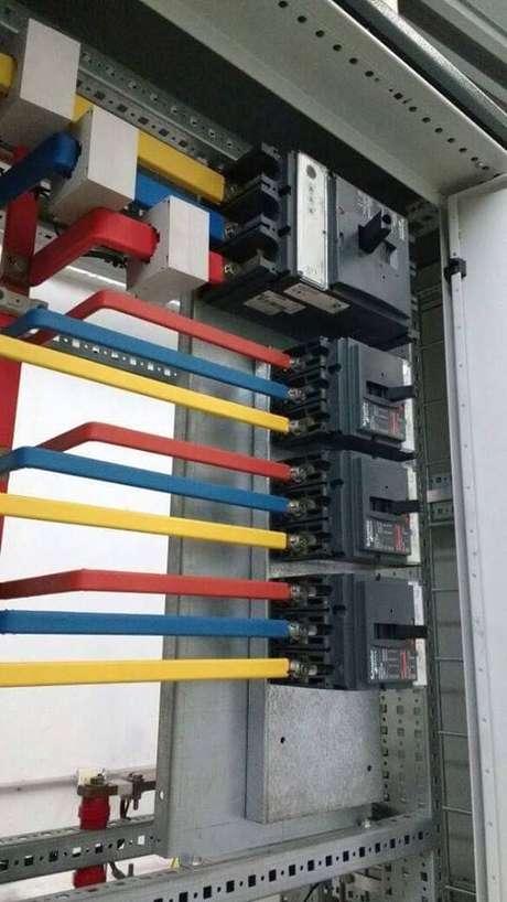 39. É necessário fazer uma previsão de cargas e cálculos para efetuar a instalação elétrica. Foto: Electrical Technology