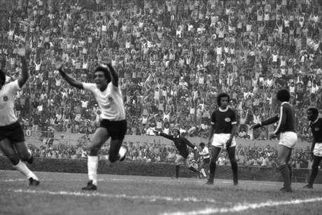 Jogador Basílio, do Corinthians, comemora gol contra a Ferroviária, de Araraquara, em jogo válido pelo Campeonato Paulista de 1977, no estádio do Pacaembu