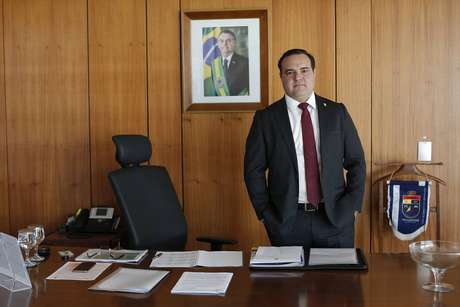 O ministro da Secretaria-Geral da Presidência, Jorge Oliveira, em seu gabinete