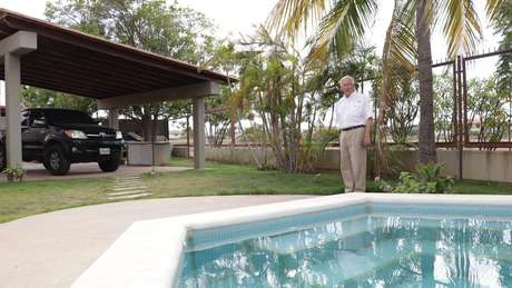 Como muitos de seus vizinhos, Sardi tem um charmoso jardim com piscina.