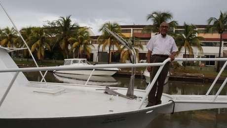 Luis Azócar costumava navegar seu barco, o Guamachín, embora agora não possa por não ter peças para a manutenção do veículo