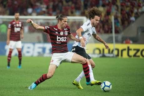 Filipe Luís em ação diante do Athletico, no Maraca, pelo Brasileiro (Foto: Alexandre Vidal/Marcelo Cortes/Flamengo)
