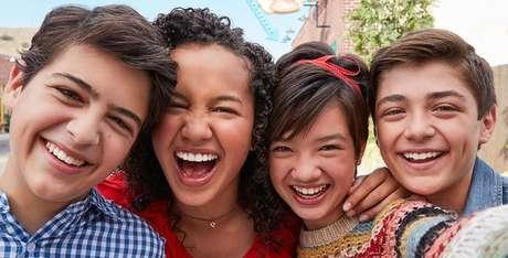 Joshua com colegas de elenco de Andi Mack: a Disney é uma companhia que apoia a causa LGBT na mídia