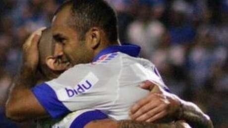 Wellington Paulista e Edinho comemoram o gol do Fortaleza