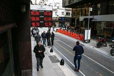 Após derrota de Macri, Bolsa argentina despenca 30%