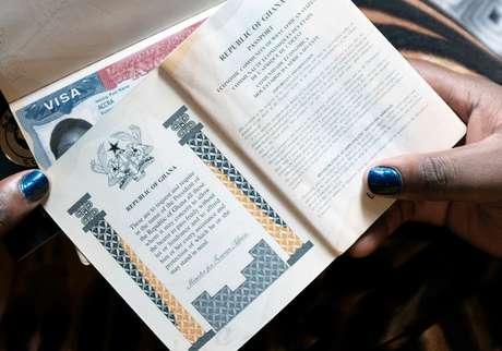Cidadã ganesa segura passaporte com visto norte-americano  01/02/2019 REUTERS/Francis Kokoroko