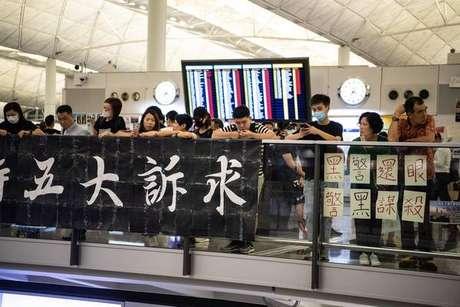 Palco de protestos, aeroporto de Hong Kong cancela voos