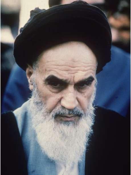 Aiatolá Khomeini voltou ao Irã depois de 14 anos no exílio