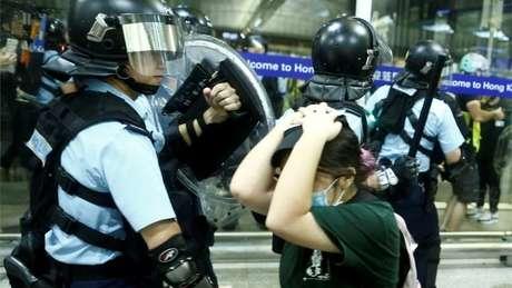 Nesta terça-feira, policiais reprimiram manifestantes no aeroporto de Hong Kong