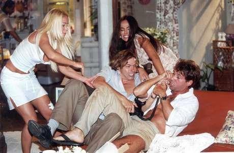 João Carlos Barroso (de camisa branca, com o telefone na mão) em cena de 'Uga Uga', no ano 2000, com Danielle Winits e Cássia Linhares.