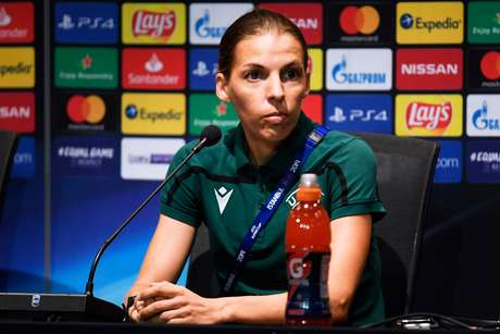 Árbitra Stéphanie Frappart durante entrevista coletiva em Istambul 13/08/2019 UEFA/Pool via REUTERS