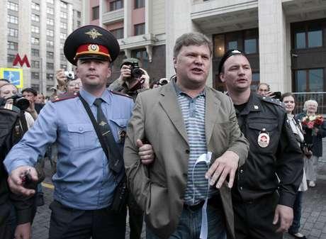 Sergey Mitrokhin é detido por policiais em Moscou 06/06/2012 REUTERS/Sergei Karpukhin
