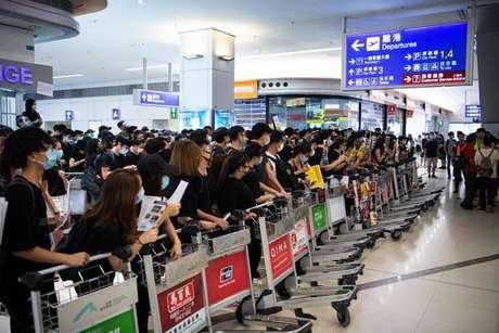Aeroporto de Hong Kong cancela voos pelo 2º dia
