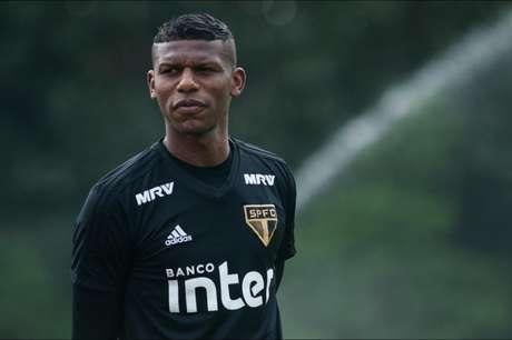 Zagueiro fez reforço muscular na parte interna do CT (Foto: Maurício Rummens/Fotoarena/Lancepress!)