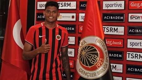 Zagueiro ficou por três anos no Feirense, de Portugal (Divulgação)