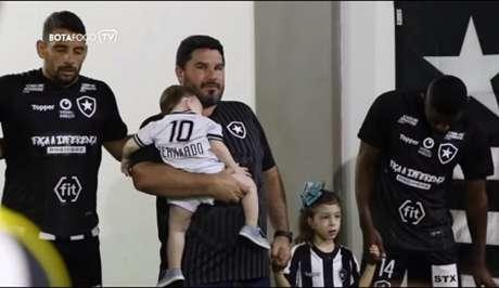 Eduardo Barroca levou os filhos à preleção (Foto: Reprodução/Botafogo TV)