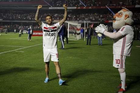 O lateral-direito Daniel Alves, novo reforço do São Paulo, é apresentado à torcida no estádio do Morumbi, na capital paulista