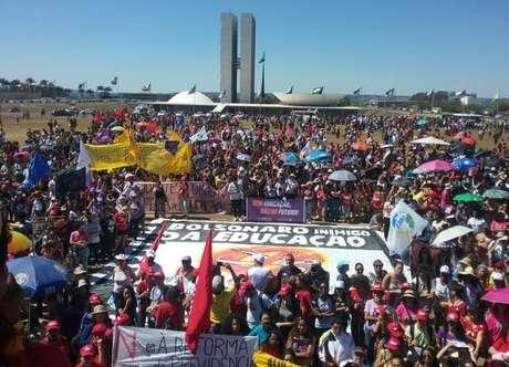 Protestos em defesa da educação são registrados pelo Brasil