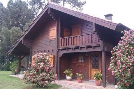 9. A casa de madeira fica ainda mais bonita com a inclinação da telha colonial – Por: Revista VD