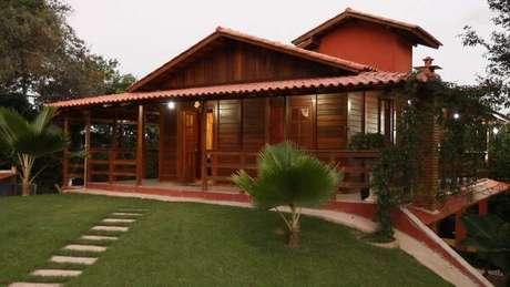 27. A casa com telhado colonial é a mais econômica e entrega resultados lindos – Por: Revista VD