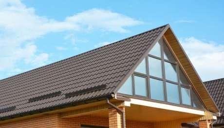 63. O telhado colonial é caracterizado pela praticidade na instalação – Por: Pinterest