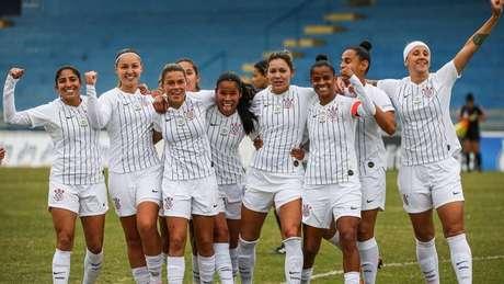 Jogadoras comemoram gol na vitória sobre o São José.