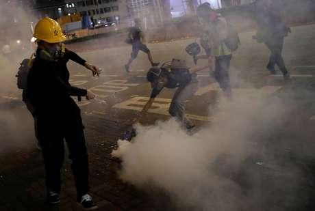 Manifestante reage após polícia disparar gás lacrimgêneo para dispersar protesto em Hong Kong 14/08/2019 REUTERS/Tyrone Siu