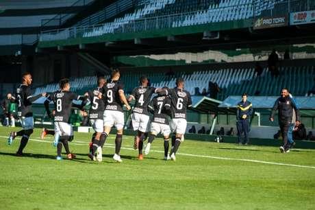 Jogadores do Corinthians festejam gol marcado no Couto Pereira (Marcelo Andrade)