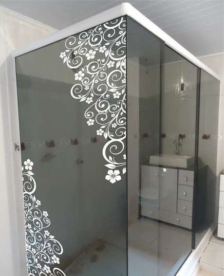 12. Adesivo para banheiro branca em forma de arabescos. Fonte: Elo7