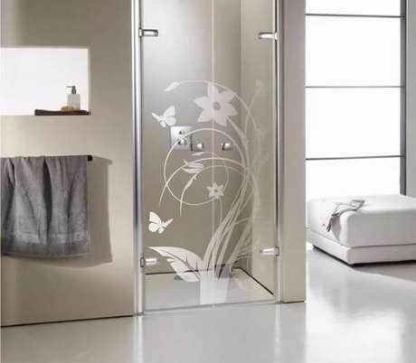 11. Adesivo para banheiro jateado com tema floral. Fonte: Pinterest