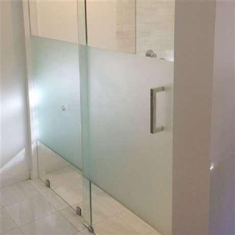 15. Adesivo para banheiro jateado delimita área no vidro. Fonte: Pinterest